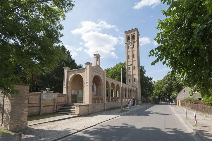 Bornstedt: Friedhof und Kirche